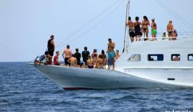 gallery/manta-point/tourists-on-the-boat-manta-point.jpg